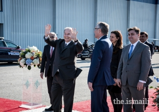 Mawlana Hazar Imam waving to the Jamati leadership.