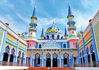 The Great Mosque of Tuban is located in East Java, an Indonesian province known for its volcanic peaks. With six minarets and three large domes, the mosque boasts a spectacular array of eye-catching colours that proclaim its presence in the scenic town of Tuban.