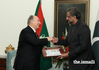 Prime Minister Abbasi presents a commemorative First Day Cover to Mawlana Hazar Imam on the occasion of his Diamond Jubilee