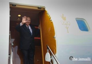 Mawlana Hazar Imam bids his final farewells before departing from Uganda after his Diamond Jubilee visit.