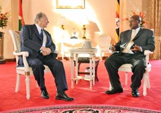 His Excellency President Yoweri Kaguta Museveni and Mawlana Hazar Imam in conversation.