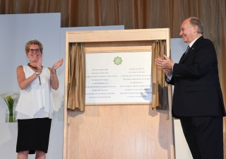 Mawlana Hazar Imam and Premier Kathleen Wynne share in applause after unveiling the plaque marking the inauguration of the Aga Khan Park. Zahur Ramji
