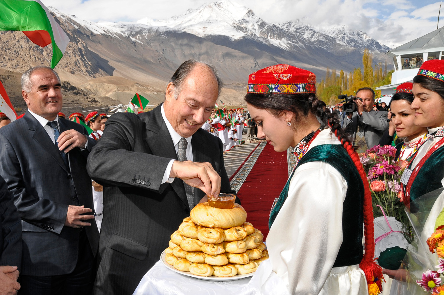 Against a picturesque background of snowy Pamir mountain peaks, Mawlana Hazar Imam is welcomed to Gorno-Badakhshan with a traditional offering of non (bread). Photo: Moez Visram