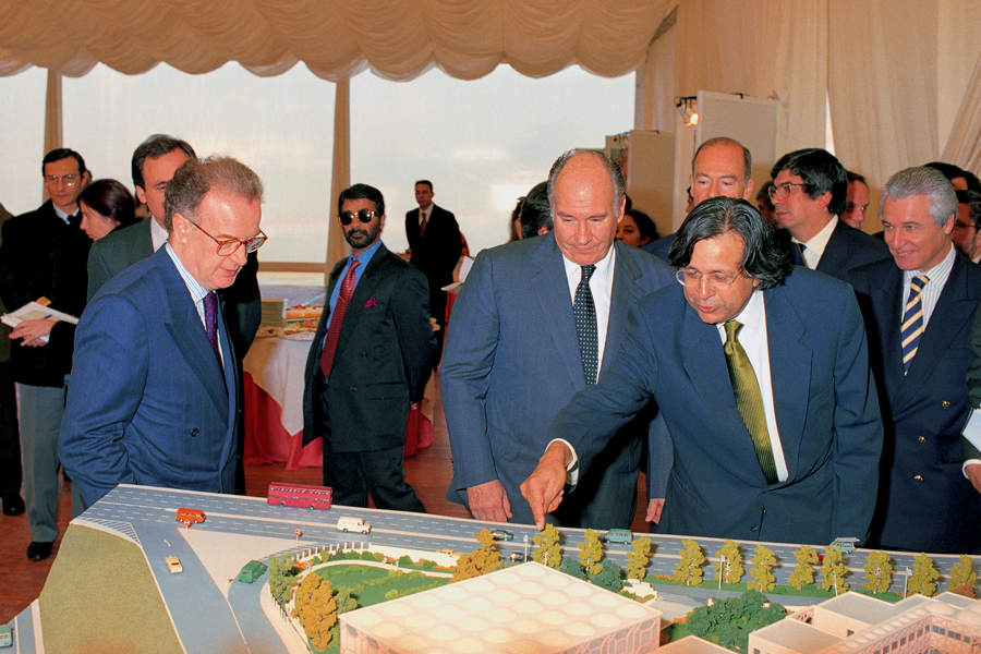 Architect Raj Rewal describes the model of the Ismaili Centre, Lisbon to President Sampaio and Mawlana Hazar Imam. Photo: Gary Otte