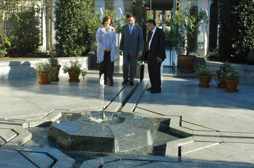 Cherie Blair, wife of Tony Blair, the former Prime Minister of the United Kingdom, visits the roof-top garden while touring the Ismaili Centre, London. Photo: Courtesy of the Ismaili Council for the UK