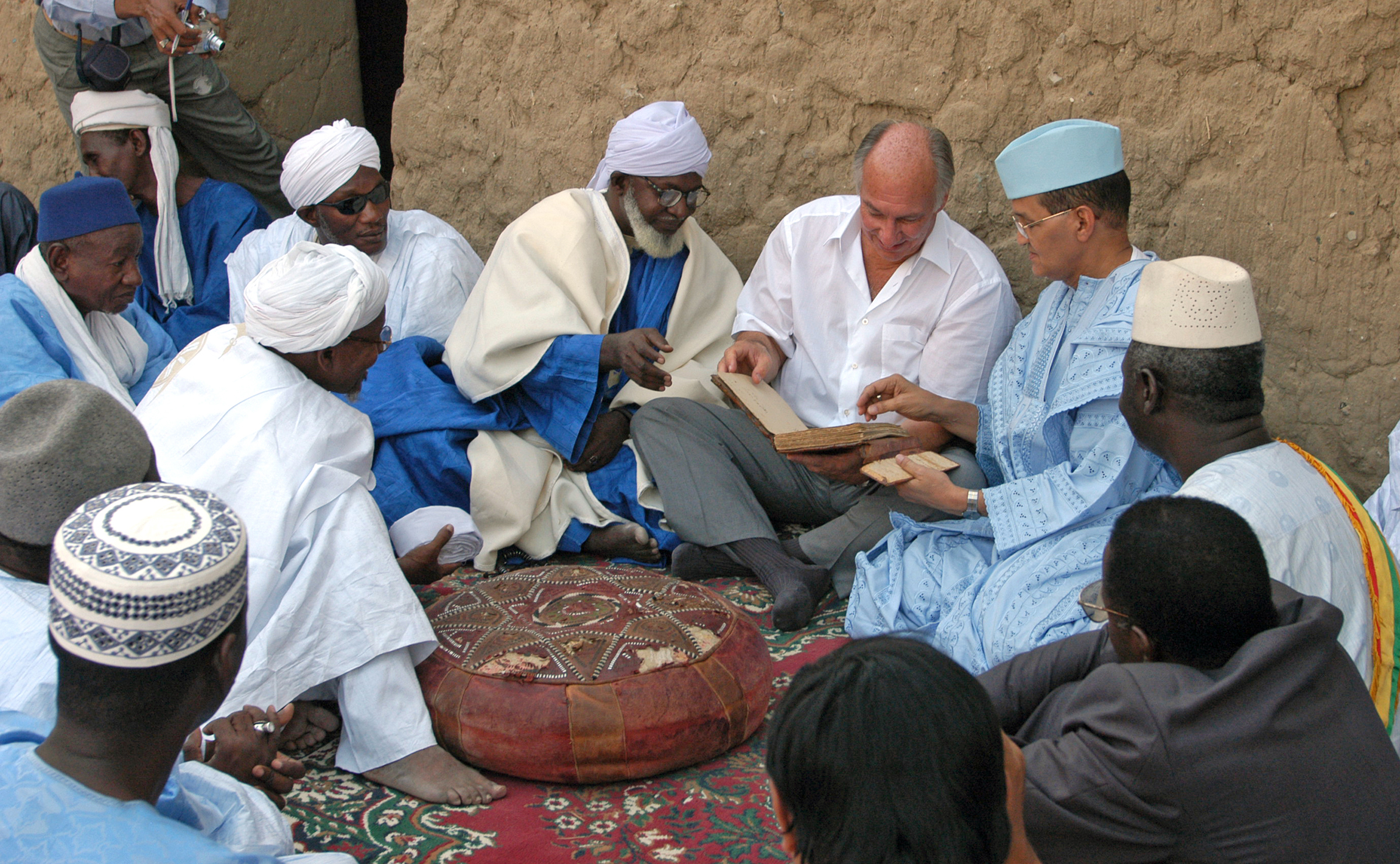 The Aga Khan surrounded by the Prime Minister of Mali and the Imam of the Djingareyber Mosque of Timbuktu (Mali) in 2003. The conservation work of this 14th century UNESCO World Heritage monument was financed by the Aga Khan Trust for Culture.