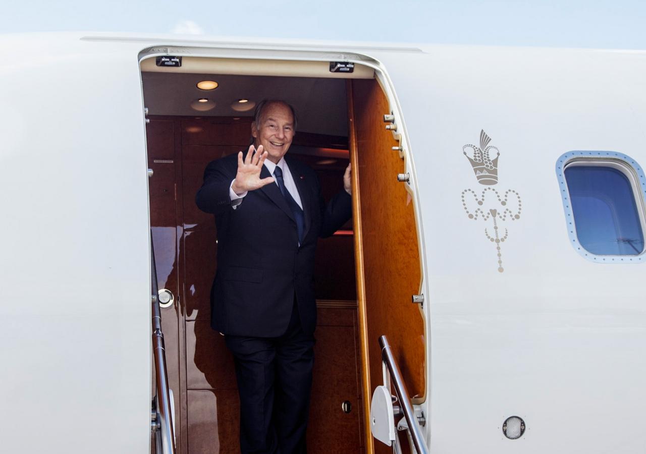 Mawlana Hazar Imam waves from the airplane as he prepares to depart Portugal. AKDN / Luis Filipe Catarino