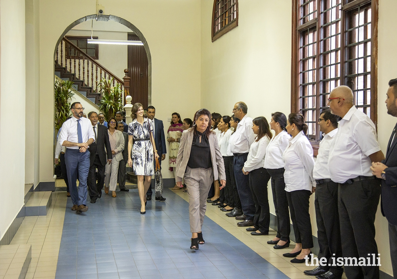 Volunteers from the Ismaili Council for Kenya bid farewell to Prince Rahim and Princess Salwa upon their departure from Town Jamatkhana in Nairobi, Kenya.