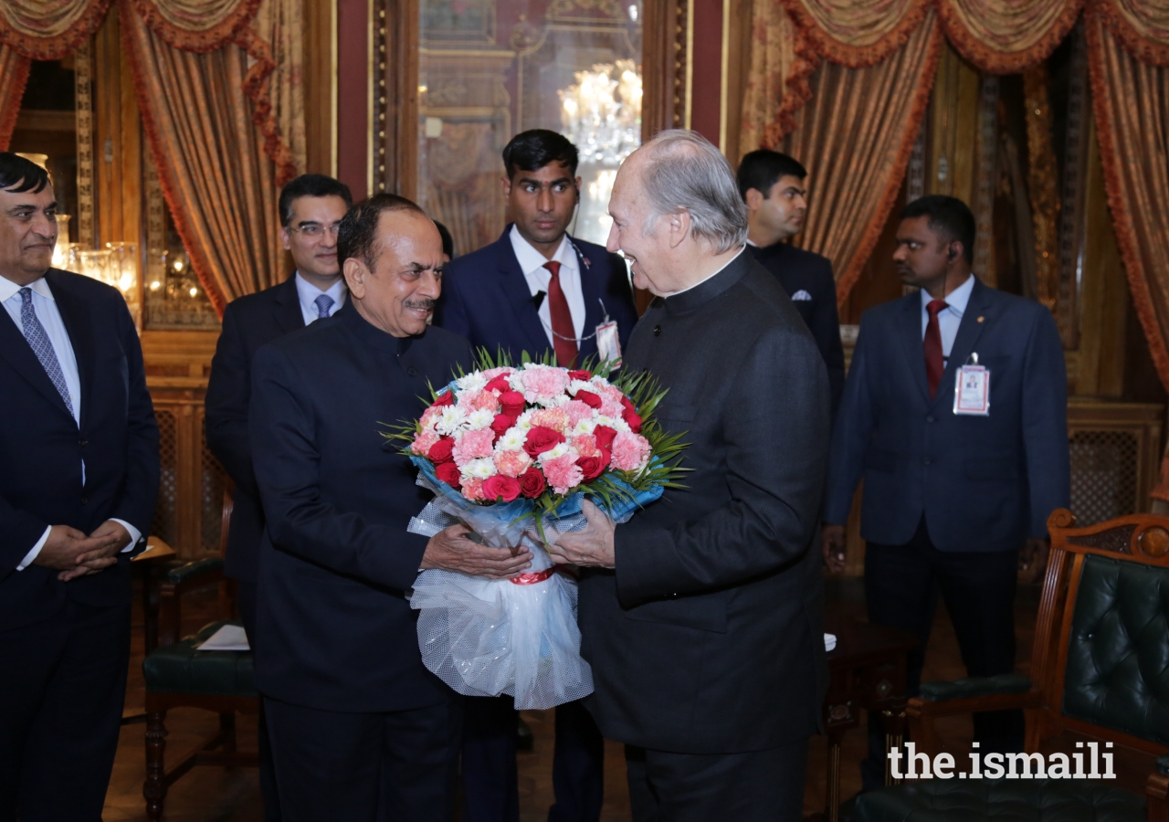 Deputy Chief Minister of Telangana Shri Mohammed Mahmood Ali, presents Mawlana Hazar Imam with a bouquet.