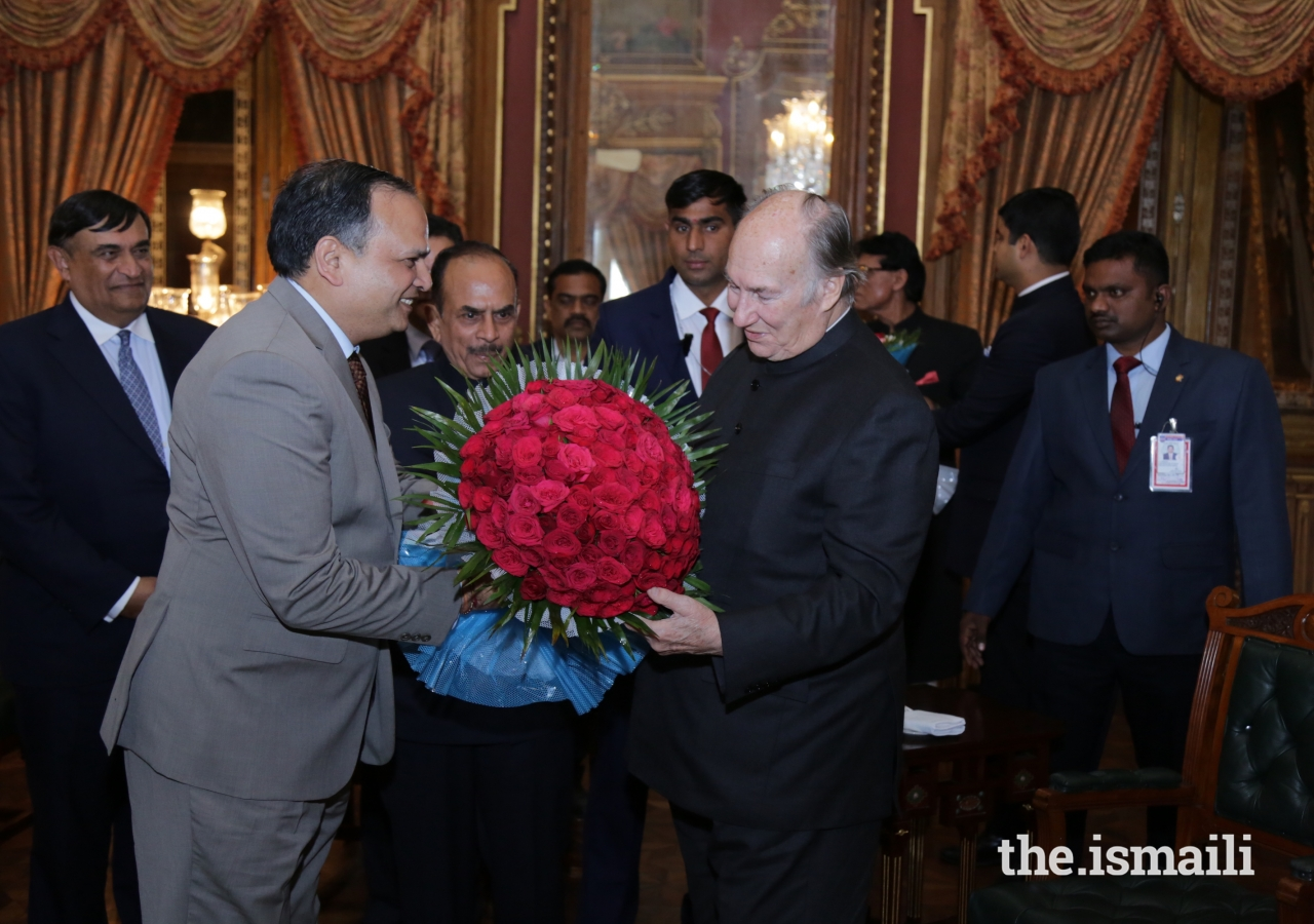 Dr Shailendra Kumar Joshi, Chief Secretary, Government of Telangana, welcomes Mawlana Hazar Imam.