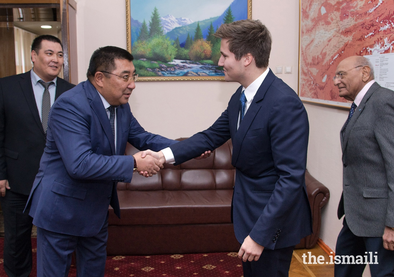 Mr Amanbay Kayipov, Governor of Naryn Oblast, welcomes Prince Aly Muhammad to Naryn.