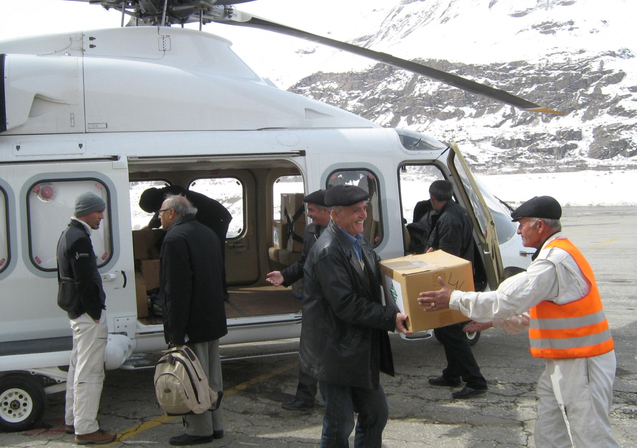 Distribution of aid by an AKDN helicopter during the 2012 avalanches in Tajikistan.