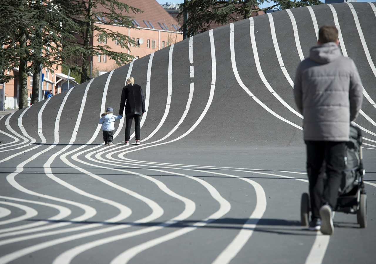 This urban park is identifiable and memorable. Superkilen relates to the human scale and has a sense of activity, complexity and visual richness; all making it a highly walkable experience. AKTC / Kristian Skeie