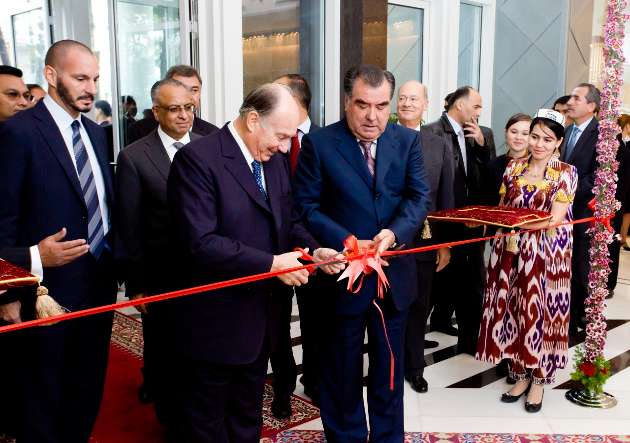 Mawlana Hazar Imam and Tajik President Emomali Rahmon cut the ribbon to officially open the Dushanbe Serena Hotel, as Prince Rahim, AKDN Resident Representative Munir Merali and Prince Amyn watch.