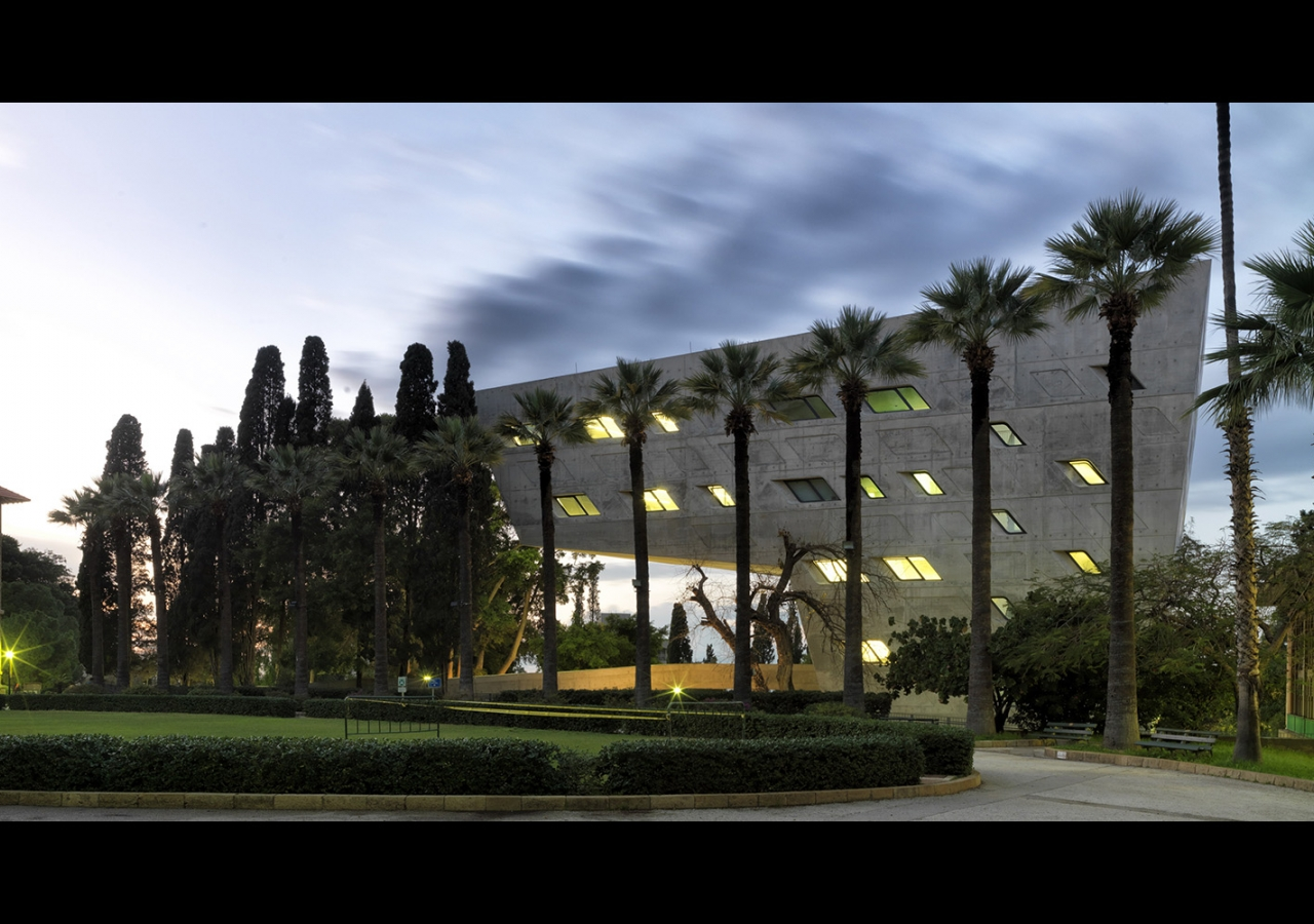 Situated on the upper campus, together with four surrounding historic buildings, the Issam Fares Institute crowns the historic Green Oval, one of the most important open green areas at the American University of Beirut. AKTC / Cemal Emden