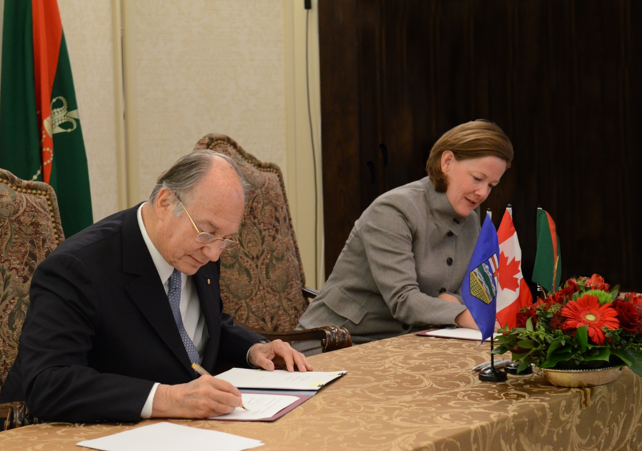 Mawlana Hazar Imam and Alberta Premier Alison Redford sign an Agreement of Cooperation between the Ismaili Imamat and the Government of Alberta in Edmonton.