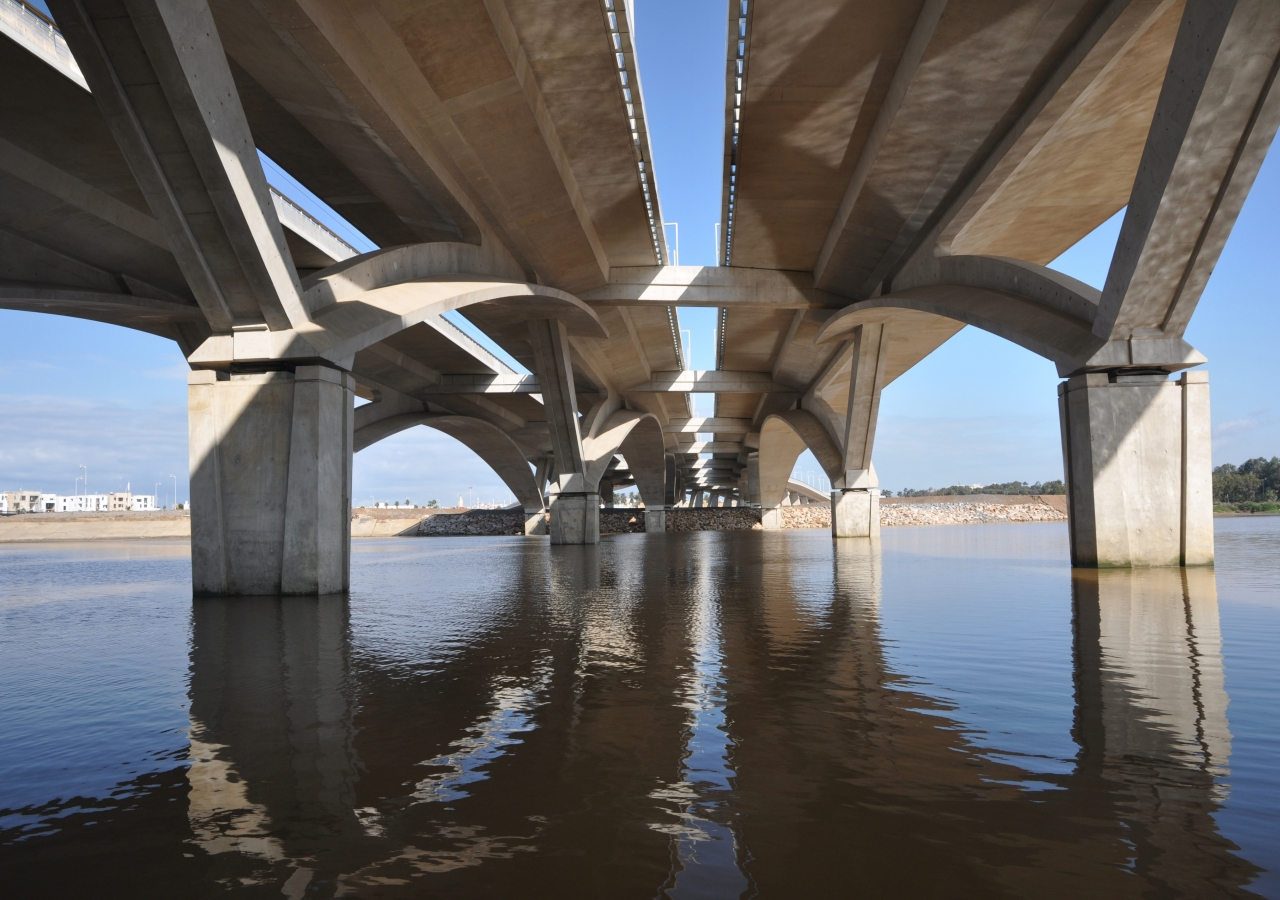The Hassan II Bridge links the cities of Rabat and Salé in Morocco across the Bouregreg River. Shortlisted for the 2013 Award, it is an example of new infrastructure being built to address the changing needs of a growing urban population.
