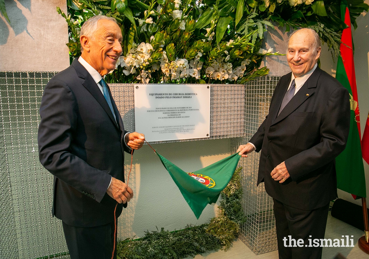 President of Portugal, His Excellency Marcelo Rebelo de Sousa and Mawlana Hazar Imam unveil a plaque to commemorate the gifting, by the Ismaili Imamat, of robotic surgical equipment at the Curry Cabral Hospital in Lisbon.