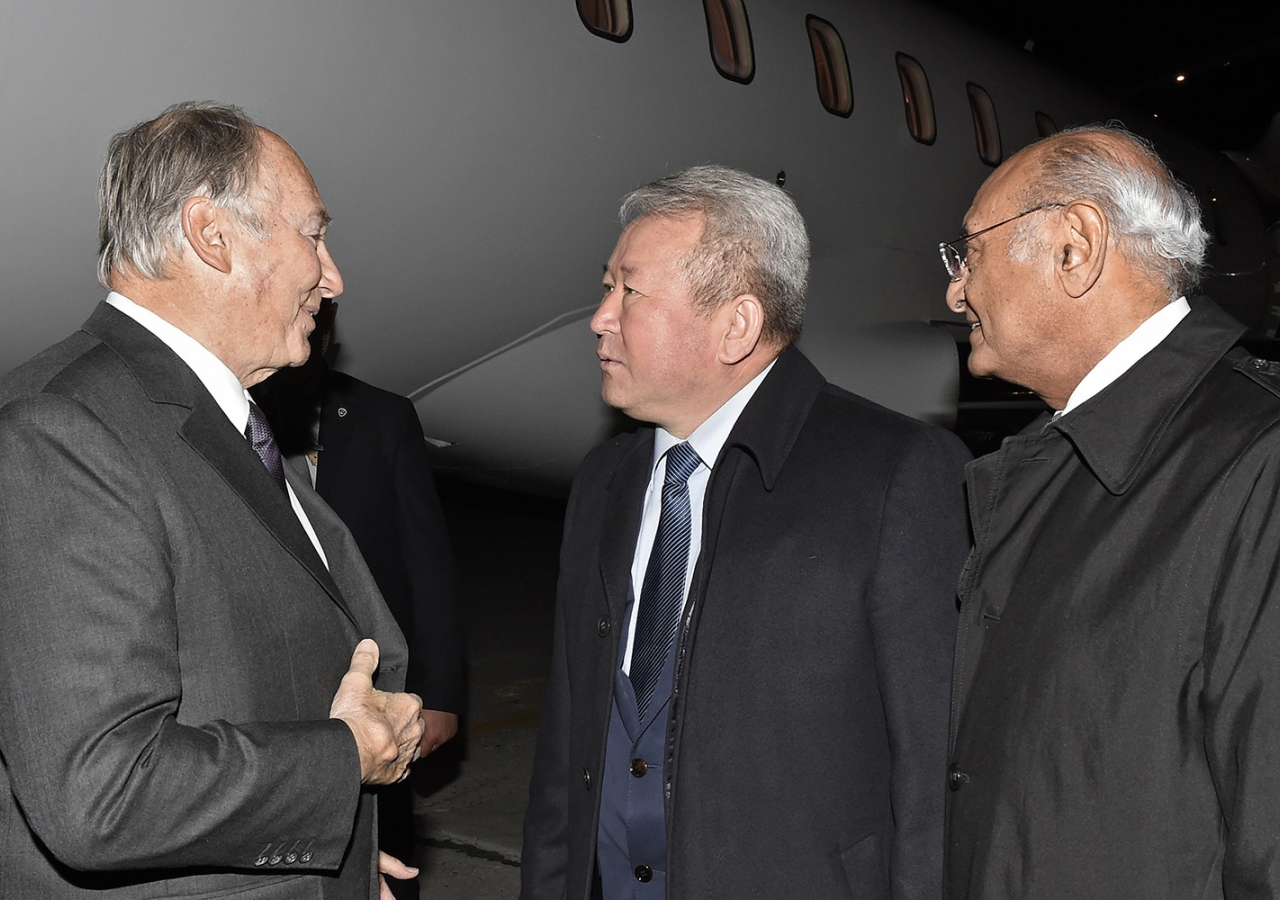 Mawlana Hazar Imam is received by Minister Kanat Sadykov and AKDN Representative Shamsh Kassim-Lakha upon his arrival in Bishkek. AKDN / Gary Otte