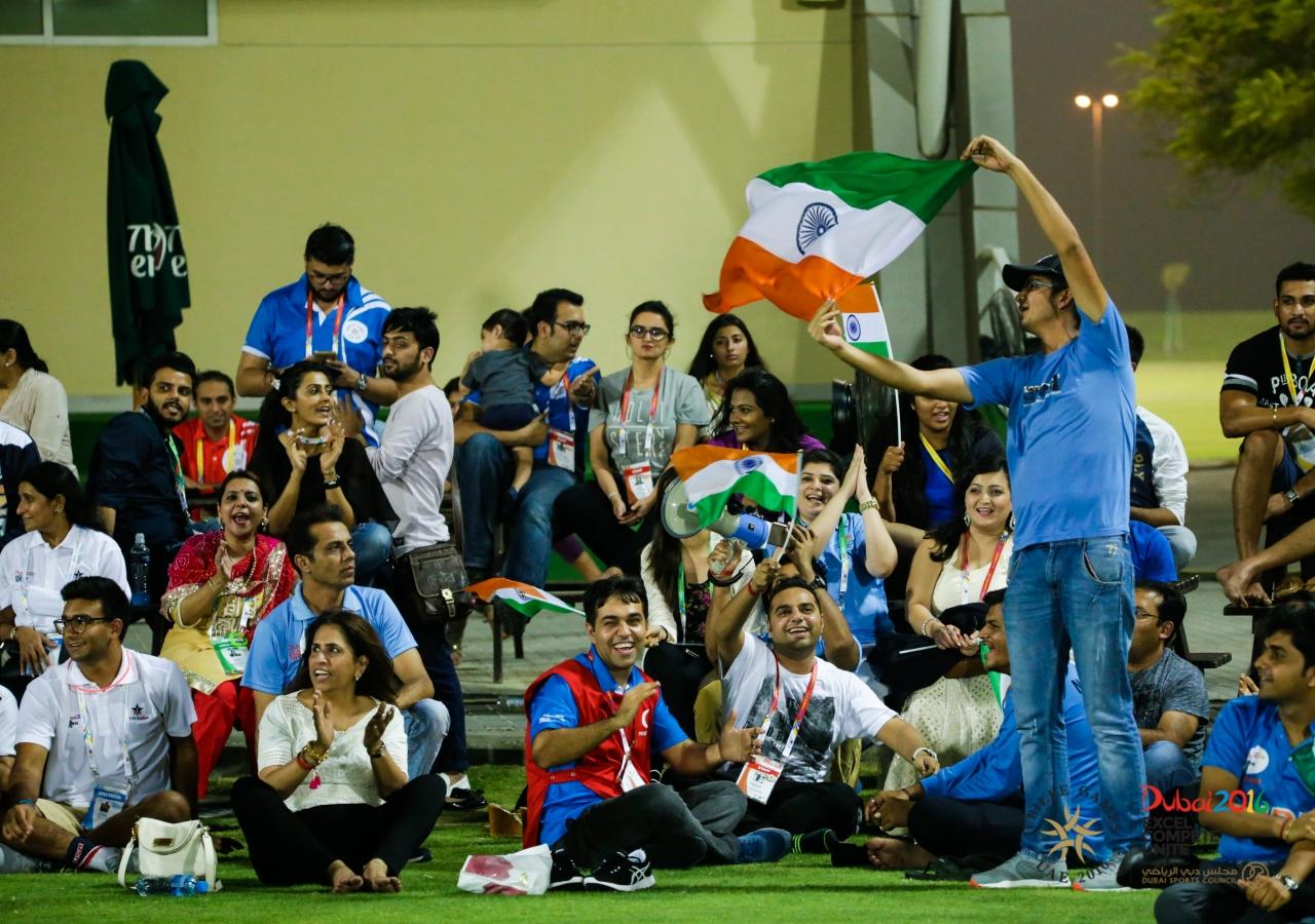 Spectators show enthusiasm for Team India. JG/Shamsh Maredia