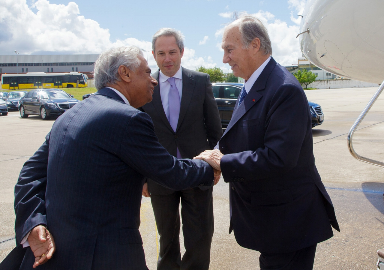 AKDN Resident Representative for Portugal Nazim Ahmad greets Mawlana Hazar Imam upon his arrival in Lisbon. AKDN / Luis Filipe Catarino