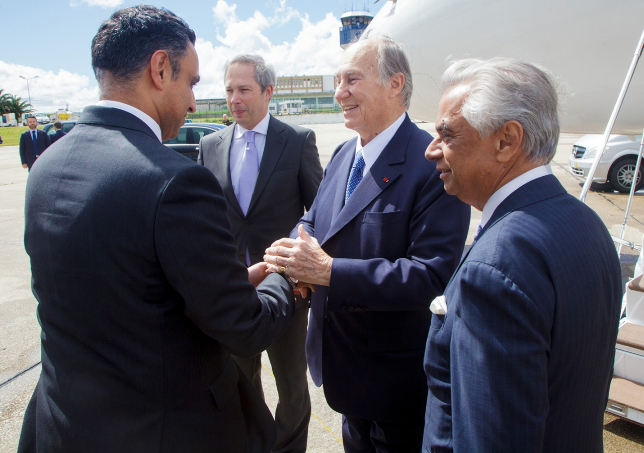 Mawlana Hazar Imam is greeted by Ismaili Council for Portugal President Rahim Firozali. AKDN / Luis Filipe Catarino