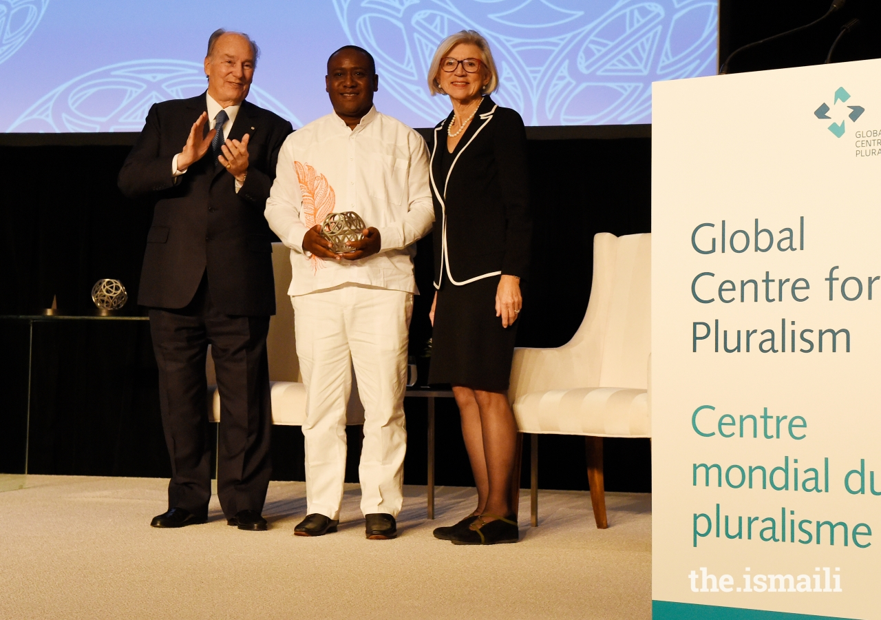 Leyner Palacios Asprilla receives the Global Pluralism Award. A Colombian community leader and human rights advocate, Leyner fought for over 20 years to bring peace to his community of Bojayá, Chocó.
