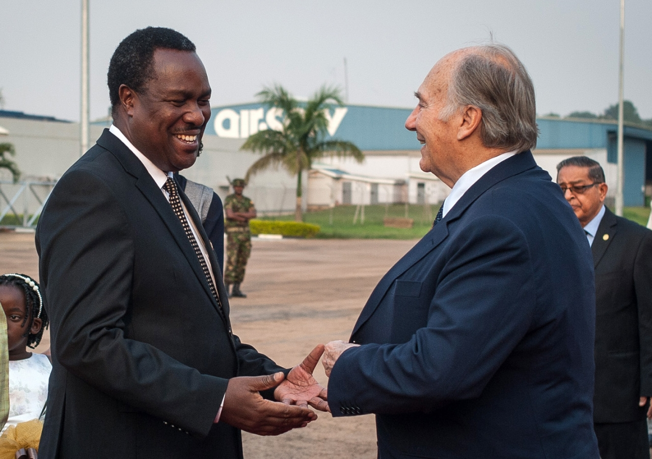Mawlana Hazar Imam is welcomed by Uganda's Minister of Health, Dr Tumwesigye Elioda, upon his arrival in Kampala. AKDN / Will Boase