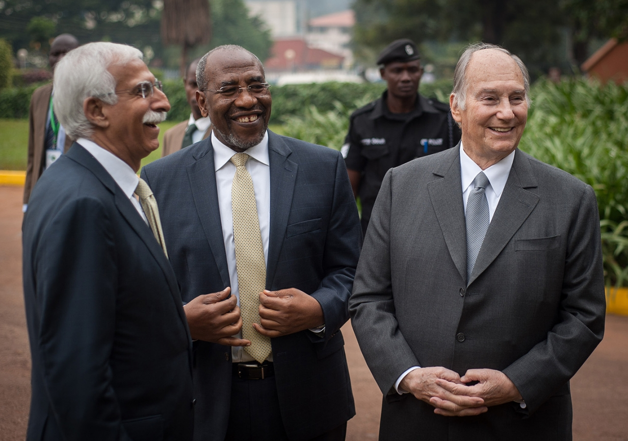 Mawlana Hazar Imam shares a light moment with Prime Minister Ruhakana Rugunda and AKU President Firoz Rasul. AKDN / Will Boase