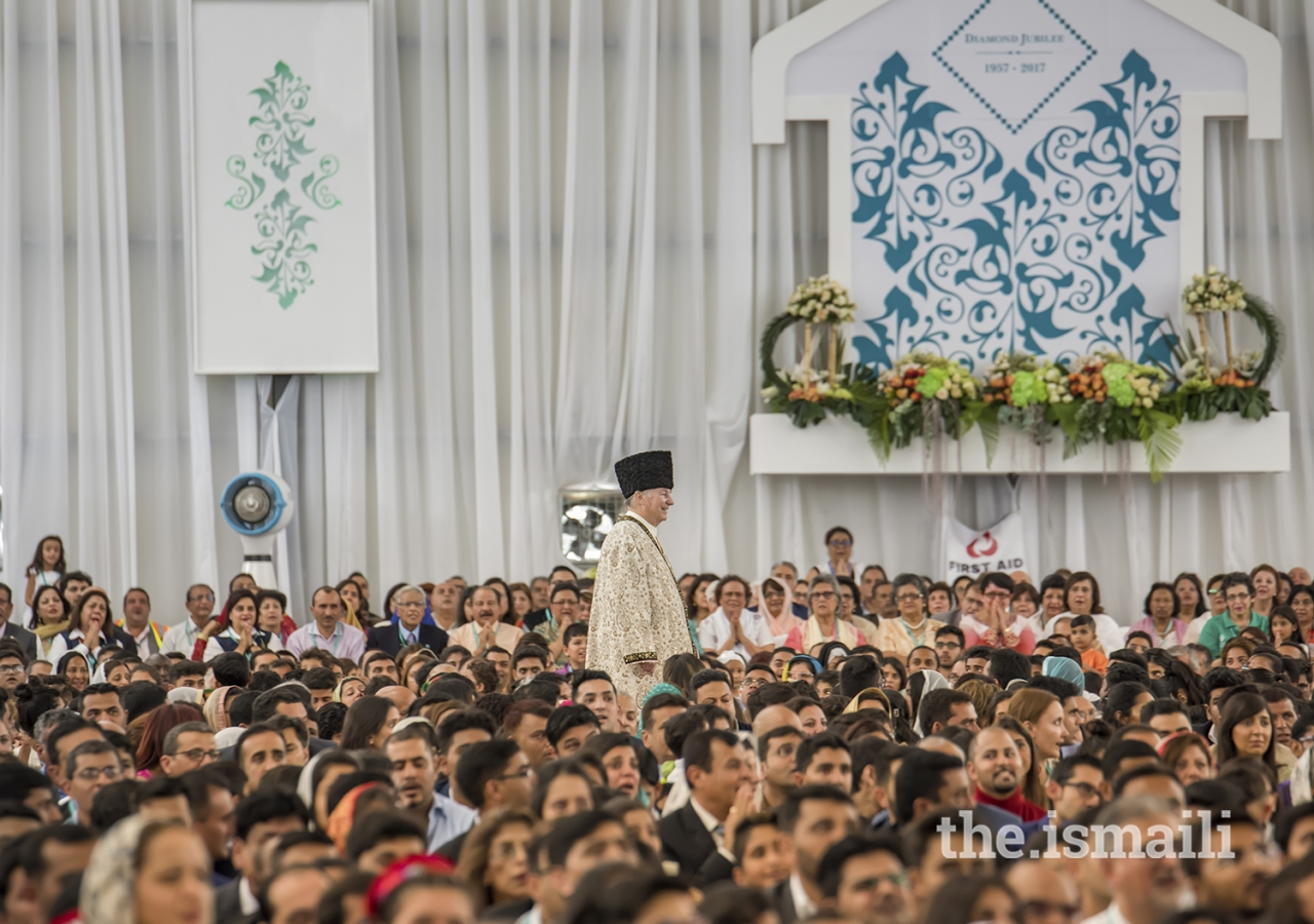 Mawlana Hazar Imam walks through the Jamat during the Diamond Jubilee Darbar in Nairobi