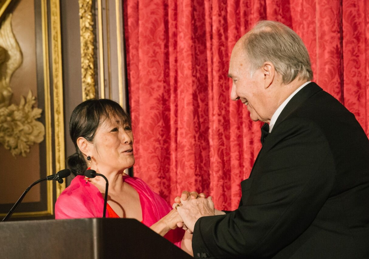 The President of the Architectural League, Billie Tsien, presents Mawlana Hazar Imam with the President's Medal.