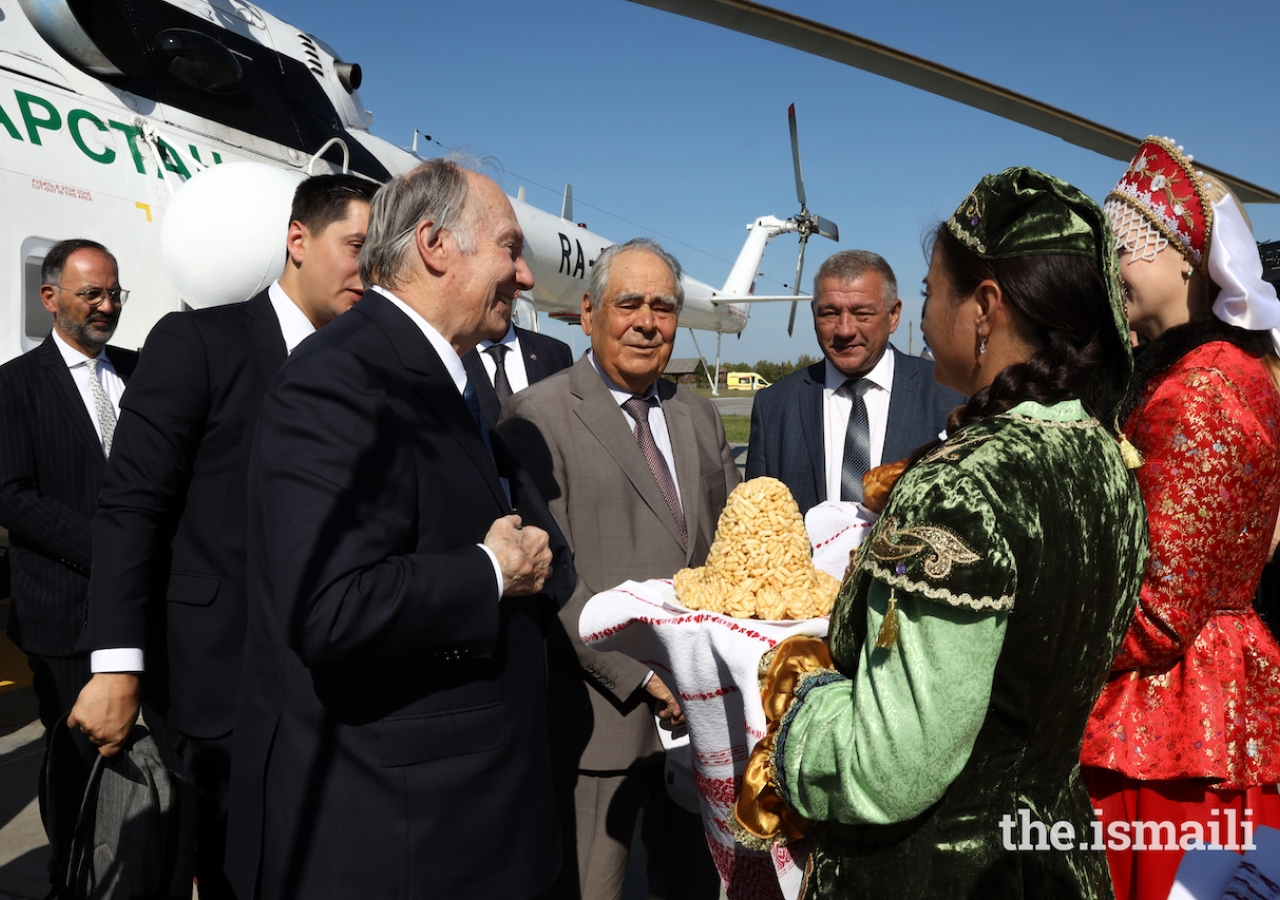 Upon his arrival into Bolgar, Mawlana Hazar Imam is presented with an offering of traditional dishes from Russia and Tatarstan.