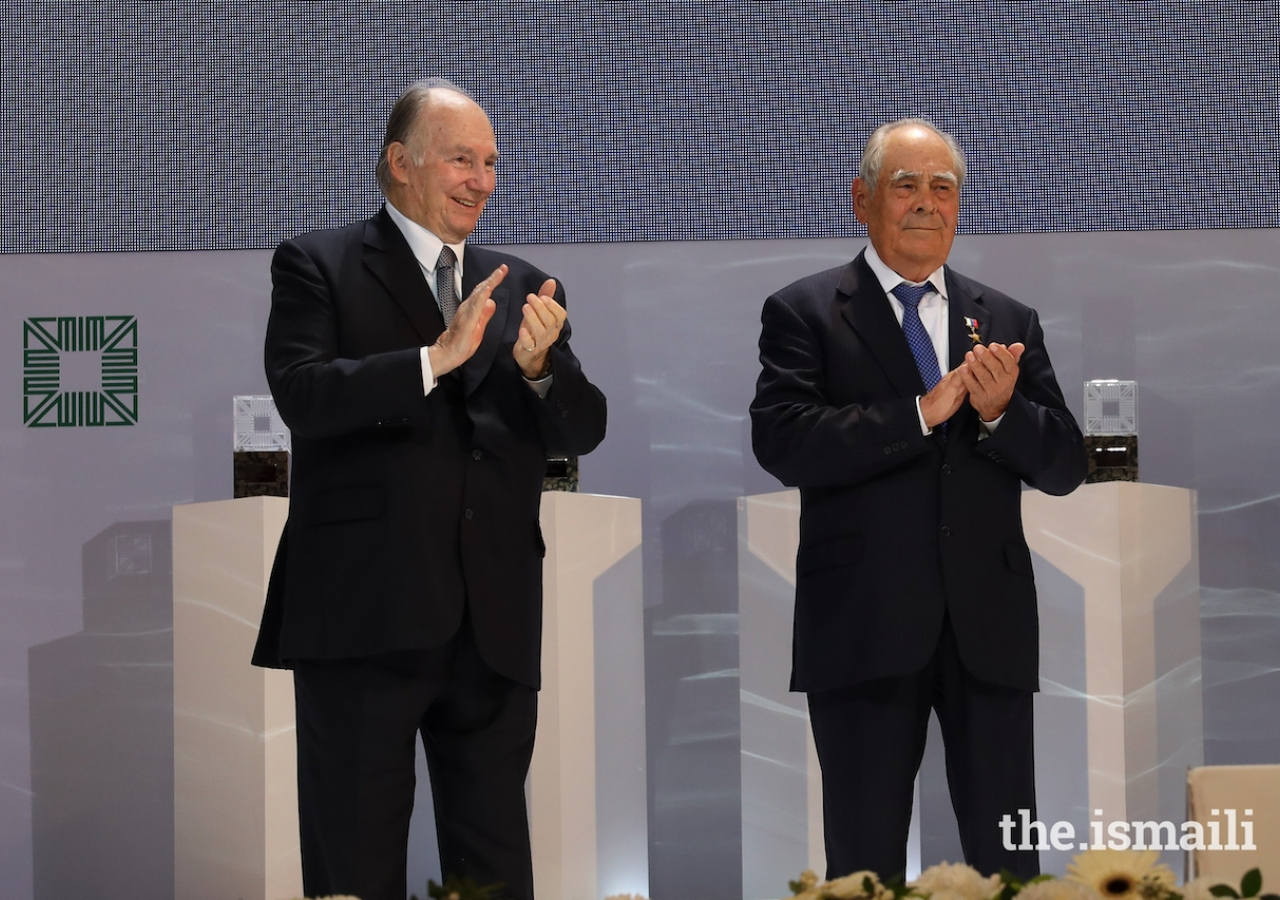 Mawlana Hazar Imam and Mintimer Shaimiev, State Councellor of Tatarstan, applaud the winners of the 14th cycle of the Aga Khan Award for Architecture.
