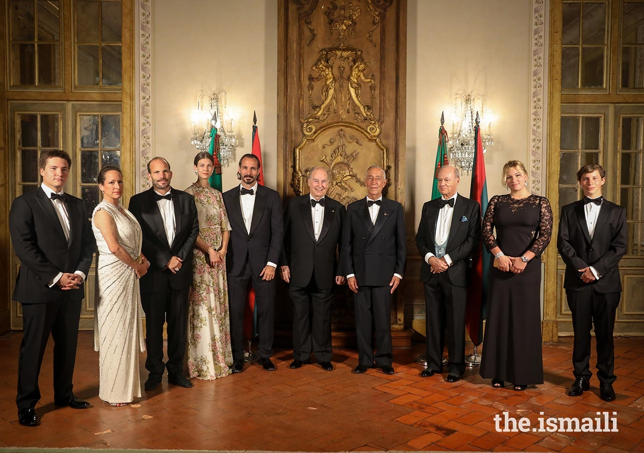 From left to right, Prince Aly Muhammad, Princess Zahra, Prince Hussain, Princess Salwa, Prince Rahim, Mawlana Hazar Imam, President Marcelo Rebelo de Sousa, Prince Amyn, Miss Sara Boyden, and Master Iliyan Boyden pose for a photo at the state dinner.