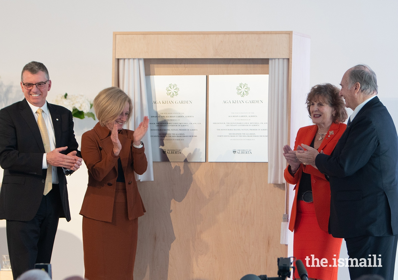 From left: University of Alberta President David Turpin, Premier of Alberta Rachel Notley, Lieutenant Governor of Alberta Lois Mitchell, and Mawlana Hazar Imam unveil the plaque inaugurating the Aga Khan Garden, Alberta.