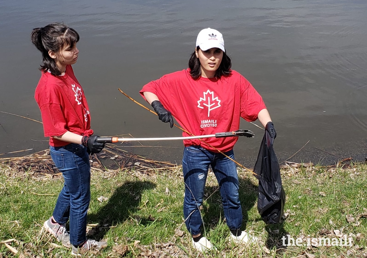 Ismaili students gathered at Canal Lachine in Montreal to remove garbage from the park and sort recycled materials.