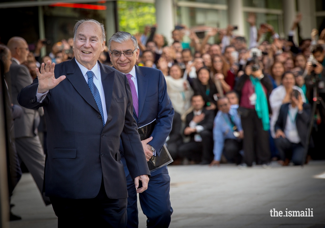 Mawlana Hazar Imam waves to the Jamat gathered outside the George R. Brown Convention Center in Houston after the last Mulaqat of his Diamond Jubilee visit to USA.