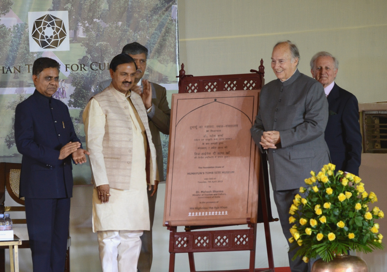 Mawlana Hazar Imam and Minister Sharma unveil a plaque to mark the occasion of the site museum foundation ceremony. AKDN / Narendra Swain