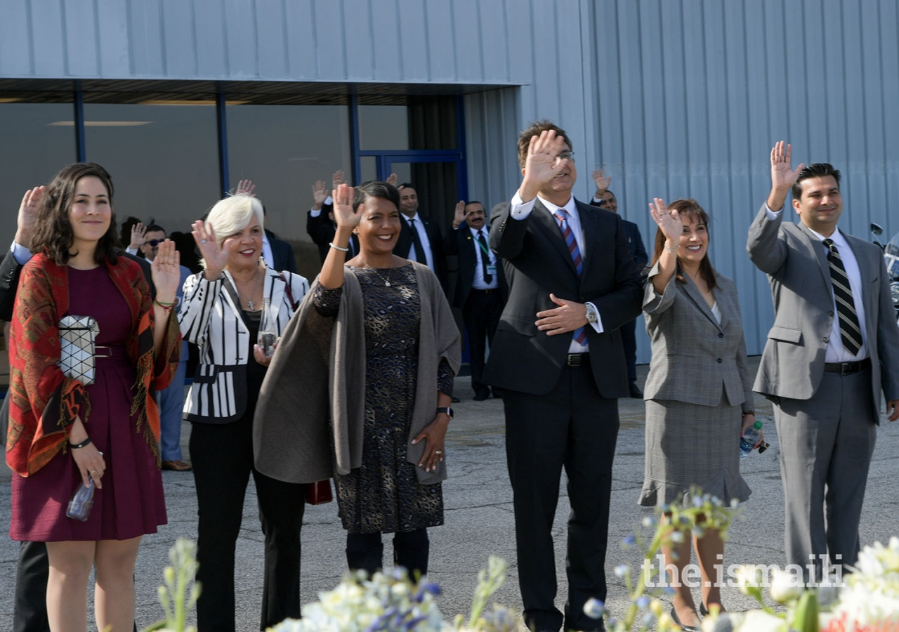 Vanessa Ibarra, Deputy Director of International Affairs and Trade, City of Atlanta (left), Keisha Lance Bottoms, Mayor of Atlanta (centre), and Jamati leaders wave goodbye to Mawlana Hazar Imam as he departs from Atlanta.