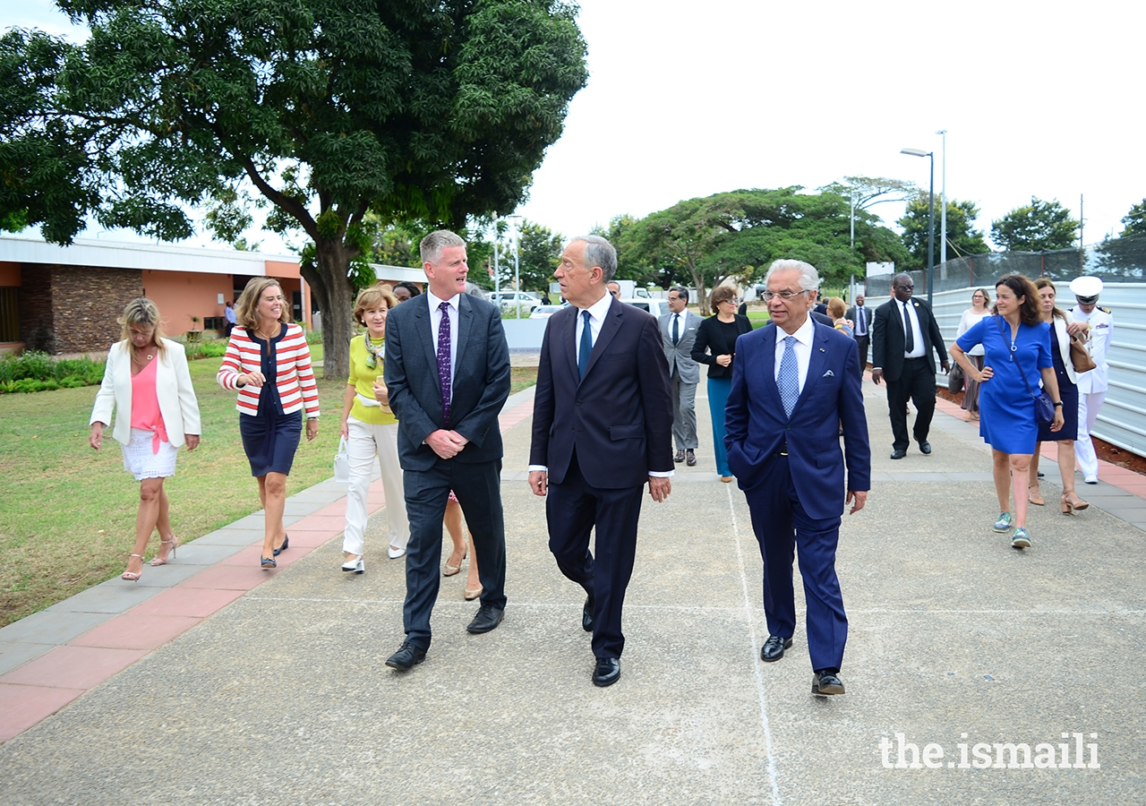 President Marcelo Rebelo de Sousa is welcomed to the Aga Khan Academy in Maputo by Nazim Ahmad, the Ismaili Imamat's Diplomatic Representative to Portugal and Mozambique (right), and Michael Spencer, Head of Academy (left).