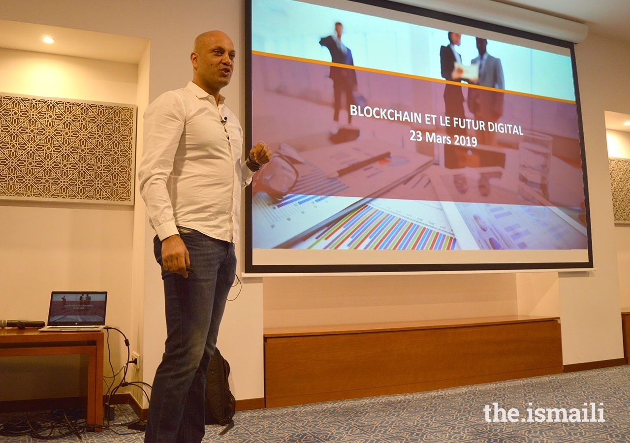 Digital Innovation expert Aiaze Mitha explains Blockchain technology to the Jamat in Paris.