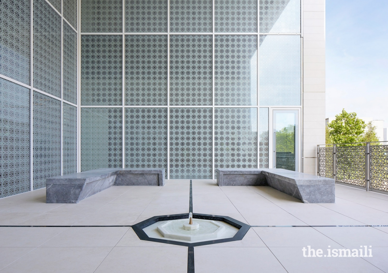 Inspired by the loggias of Egypt, the Middle East and Persia, the Garden of Tranquillity which has been designed by Maki and Associates plays an informal role as a shared recreational space between the staff and student lounges.