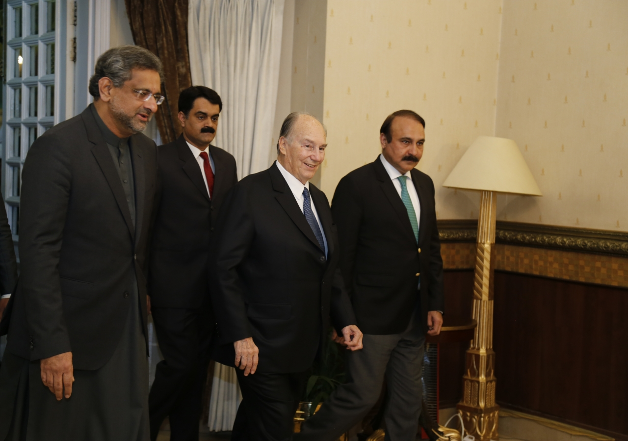 Mawlana Hazar Imam is welcomed to the Prime Minister's House by His Excellency Shahid Khaqan Abbasi