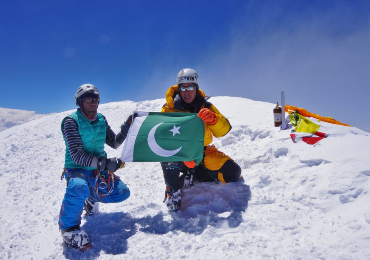 Fazal Ali displays the flag of Pakistan at the top of K2.