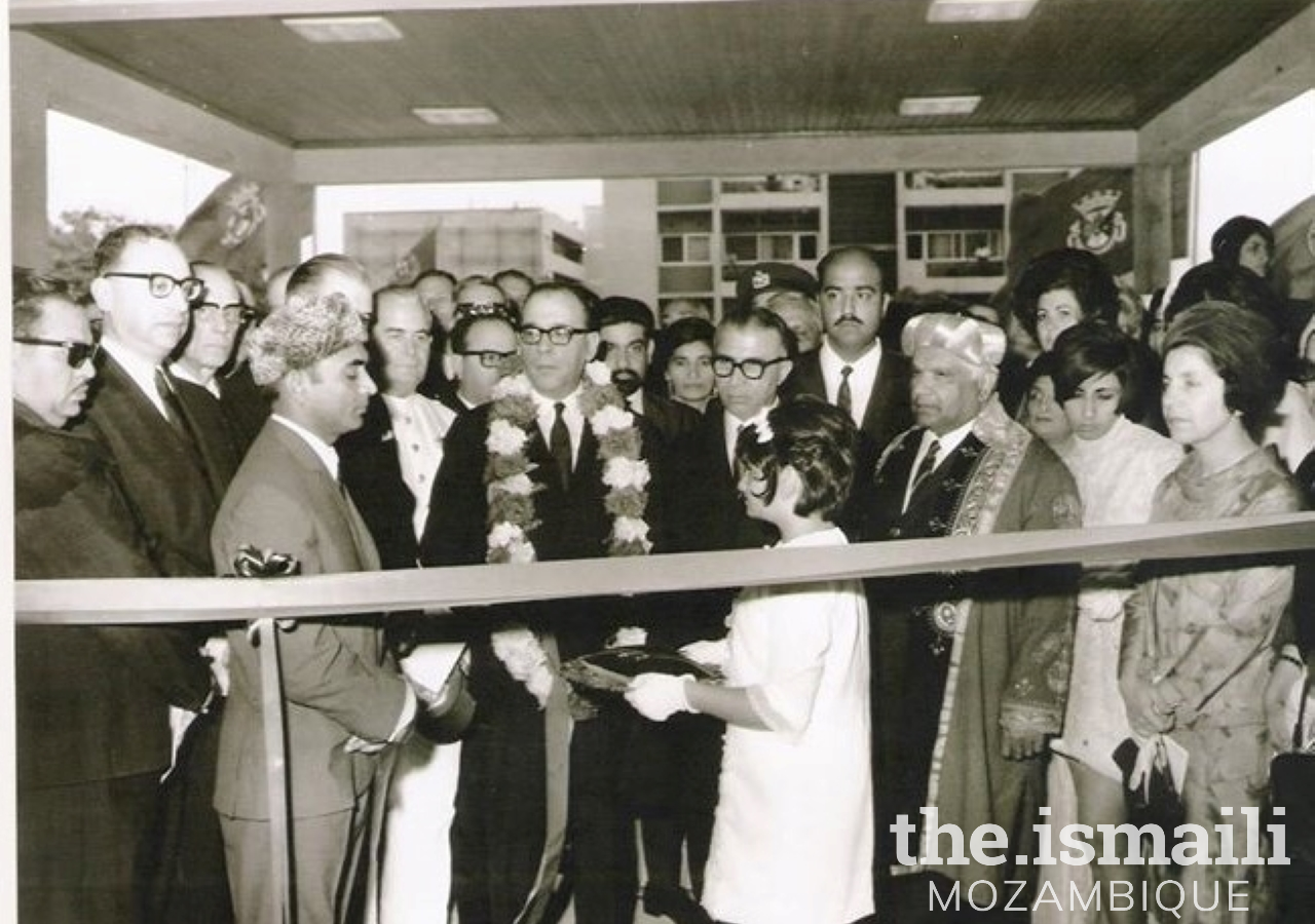Dr. Baltazar Rebelo de Sousa and the liders of the Jamat at the Opening Ceremony - 30th November 1968