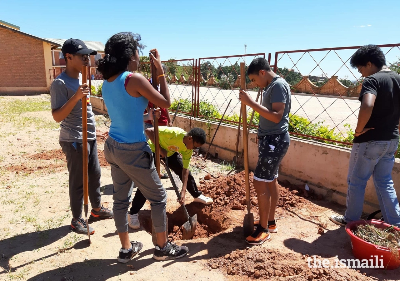 Secondary Bait-ul iIm students and youth of the Magnificat Centre learned how to plant trees in a sustainable way.