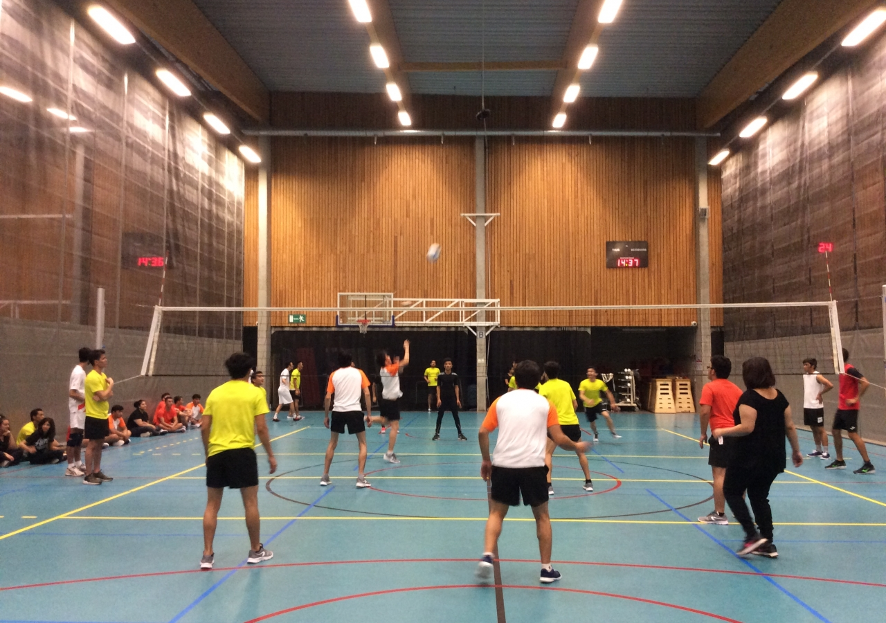 A mixed volleyball game takes place in Gent