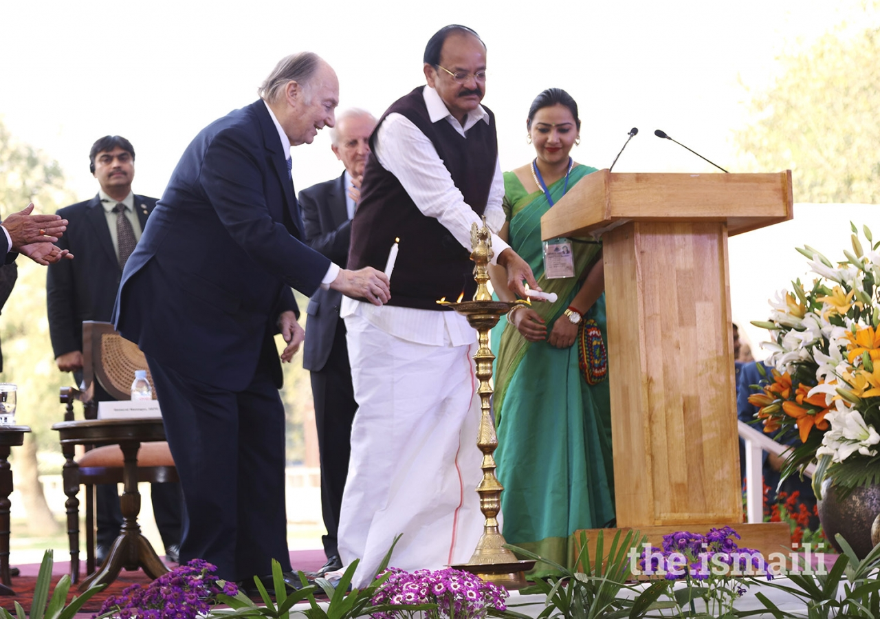 Mawlana Hazar Imam with Honourable Vice President Shri M. Venkaiah Naidu light the lamp to mark the inauguration of Sunder Nursery.