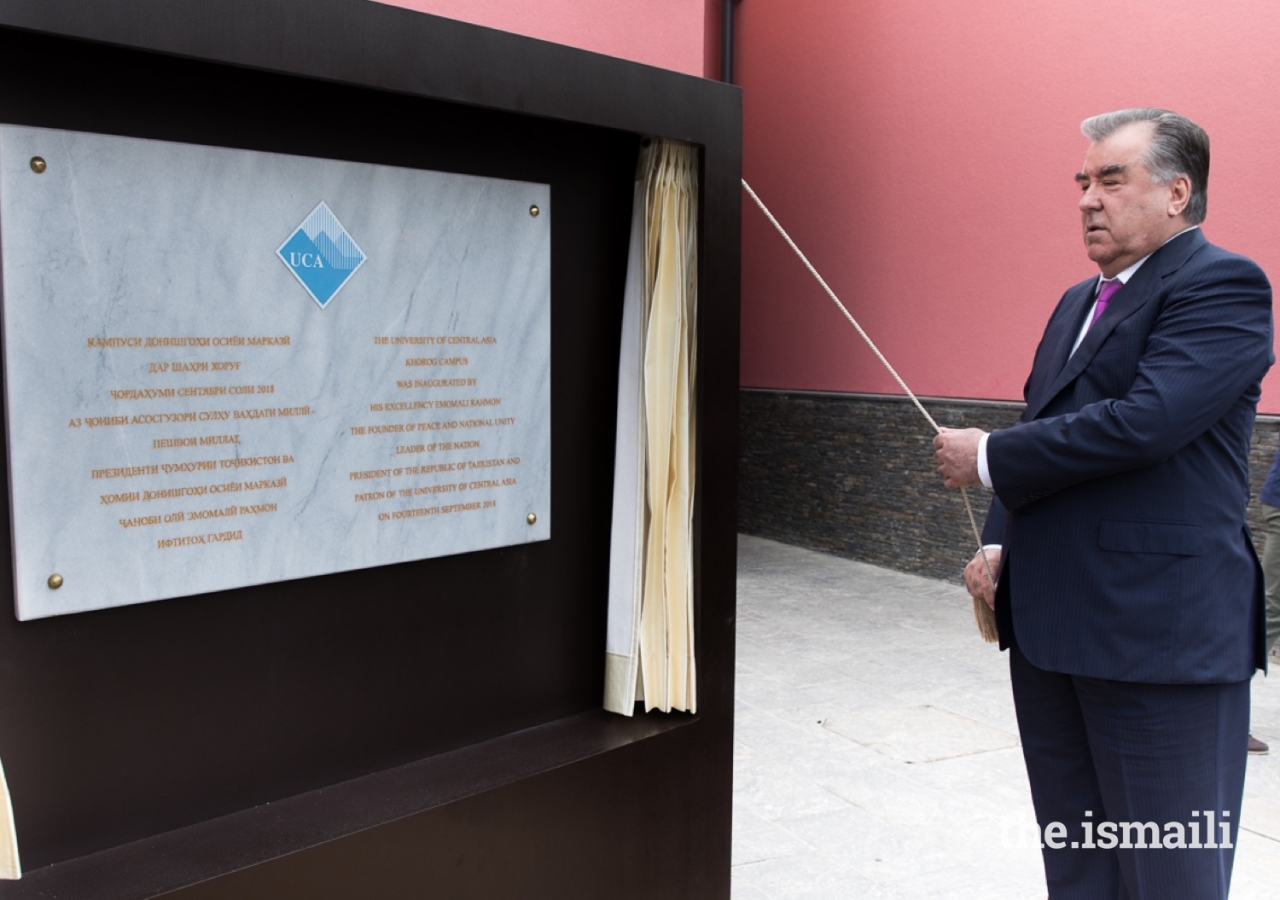 President Emomali Rahmon unveiling the plaque inaugurating the Khorog Campus of the University of Central Asia.