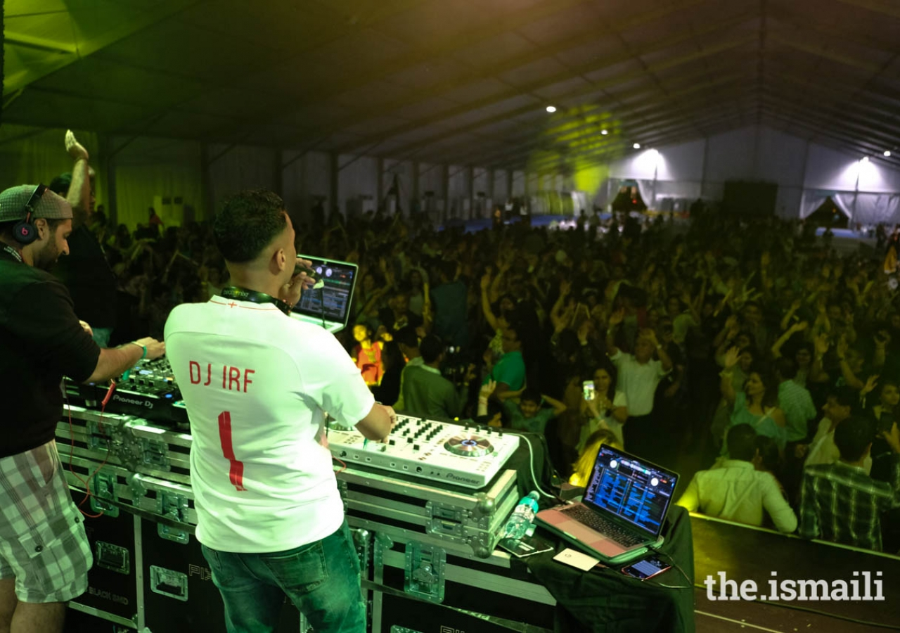 International DJs provided music nightly at Pátio Mela for dandia raas.